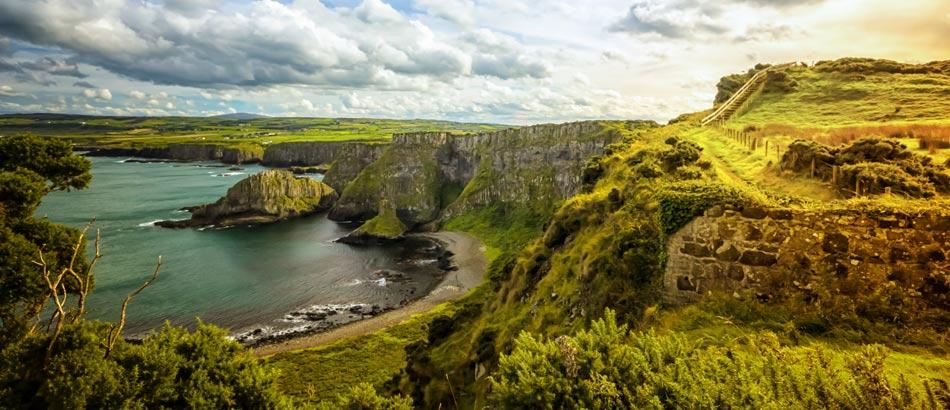 Irlands malerische Küste bei Sonnenuntergang